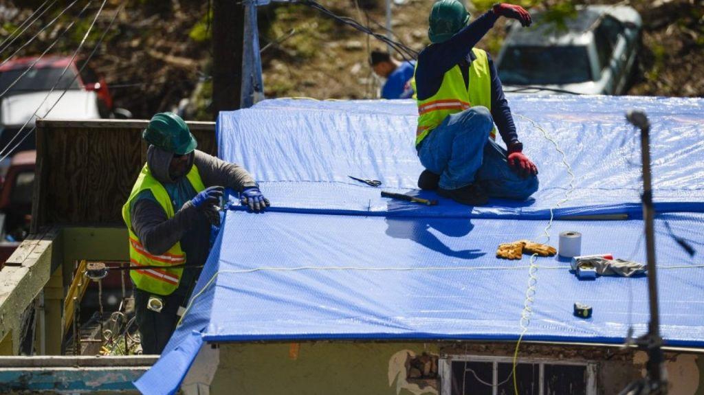 Resultado de imagen para Cuerpo de Ingenieros del Ejército de los Estados instala techos temporeros en puerto rico