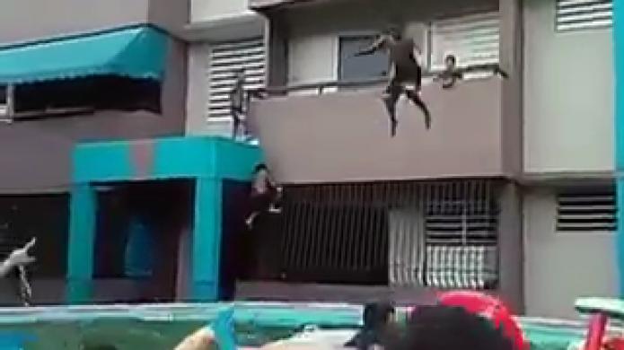 Video ponen su vida en riesgo menores en residencial for Descuidos en la piscina